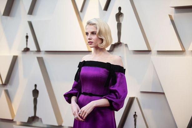 『ボヘミアン・ラプソディ』のルーシー・ボイントンはオフショルダーのドレス