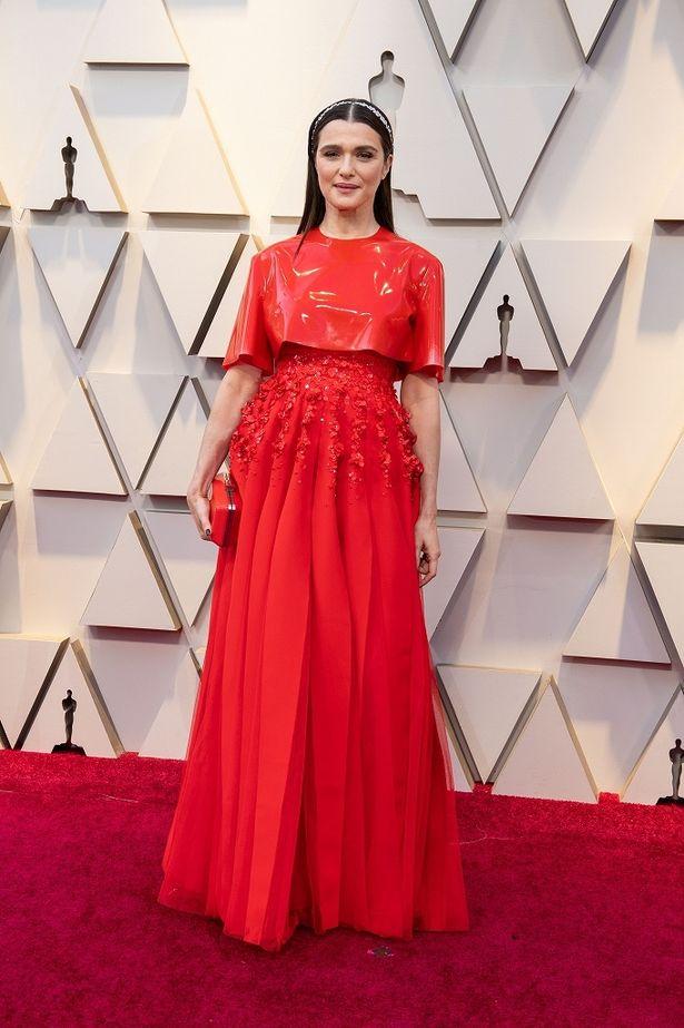 レイチェル・ワイズの真っ赤な個性派ドレスはジバンシィのもの