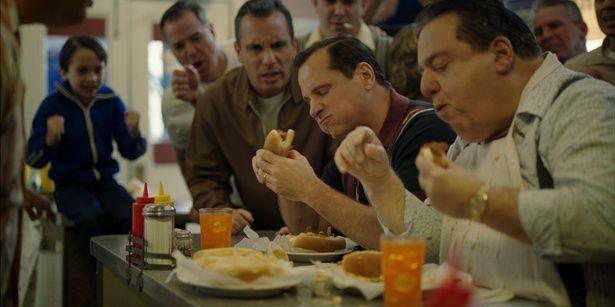 ホットドッグの大食い競争に参加するトニー