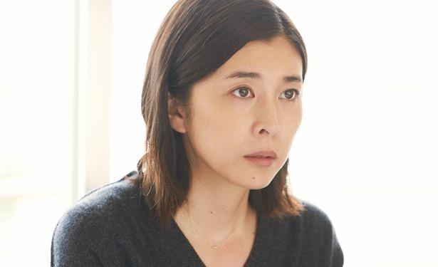 竹内結子演じる長女・麻里は、人生の岐路に立たされながらも父と向き合っていく