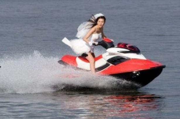 花嫁衣裳でジェットスキーを乗りこなすなど、ハードなアクションが次々に展開!