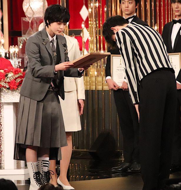 【写真を見る】平手友梨奈、個性派ブレザー姿で登場!