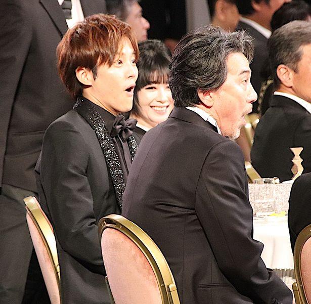 【写真を見る】役所広司の名前が呼ばれた瞬間、松坂桃李もびっくり!2人で大きく口を開けた