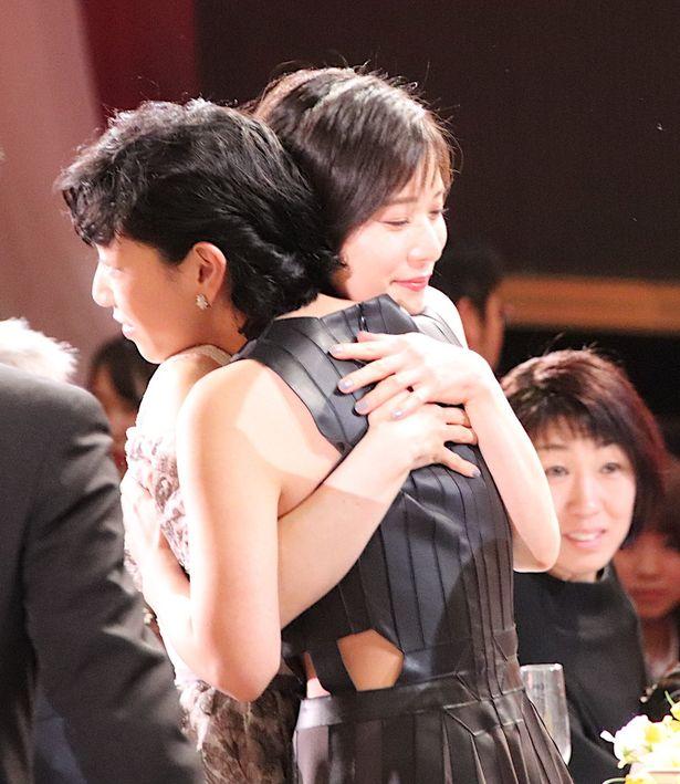 【写真を見る】安藤サクラと松岡茉優が喜びのハグ!