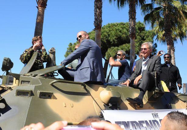スケールがヤバい!新旧アクションスターたちがゴツい戦車で登場
