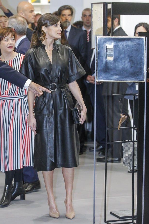 【写真を見る】レティシア王妃、かっこよすぎるブラックレザードレスにファン騒然