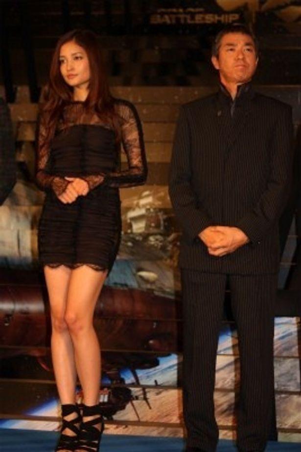 ミニのドレスがセクシーな黒木メイサ(写真左)