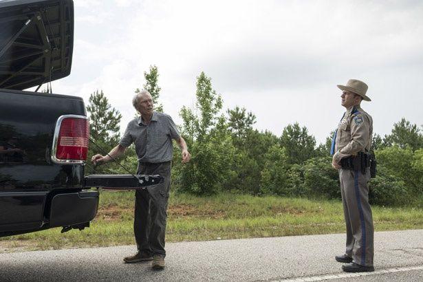 【写真を見る】警官に呼び止められてしまった90歳の運び屋の運命は?