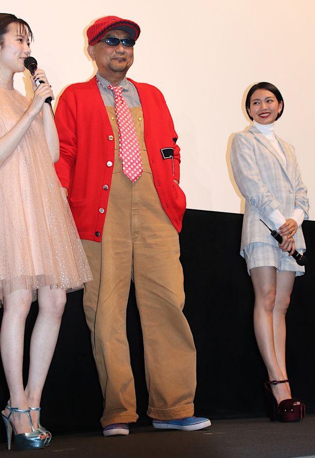【写真を見る】二階堂ふみ、島崎遥香が超ミニ&ハイヒールで美脚を披露!