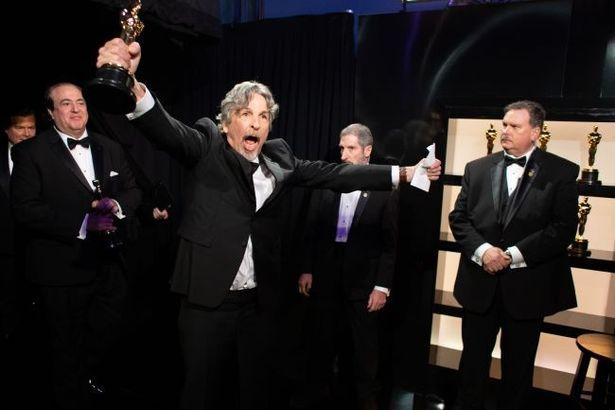 【写真を見る】アカデミー賞授賞式にて、両手でガッツポーズ!のファレリー監督