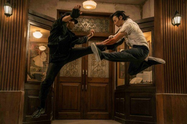 トニー・ジャーとマックス・チャンのアクロバティックな格闘シーン!