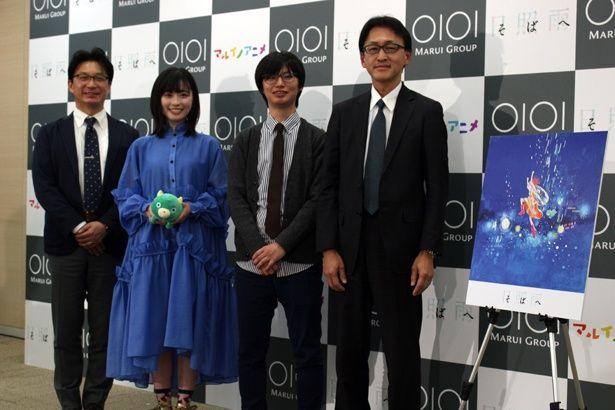 【写真を見る】左から、丸井グループの青木執行役員、福原遥、石井監督、東宝の大田取締役