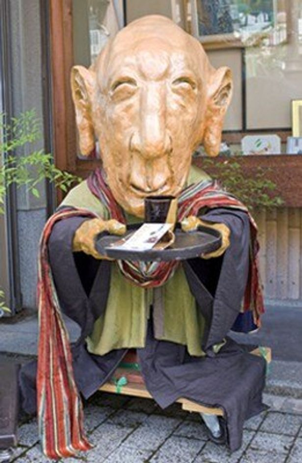 各個店それぞれに、「ふとんの妖怪」や「竜馬天狗」、「急須のおばけ」など個性的な妖怪がいる京都・一条通の「妖怪ストリート」。ちなみに写真は人気妖怪の「ぬらりひょん」