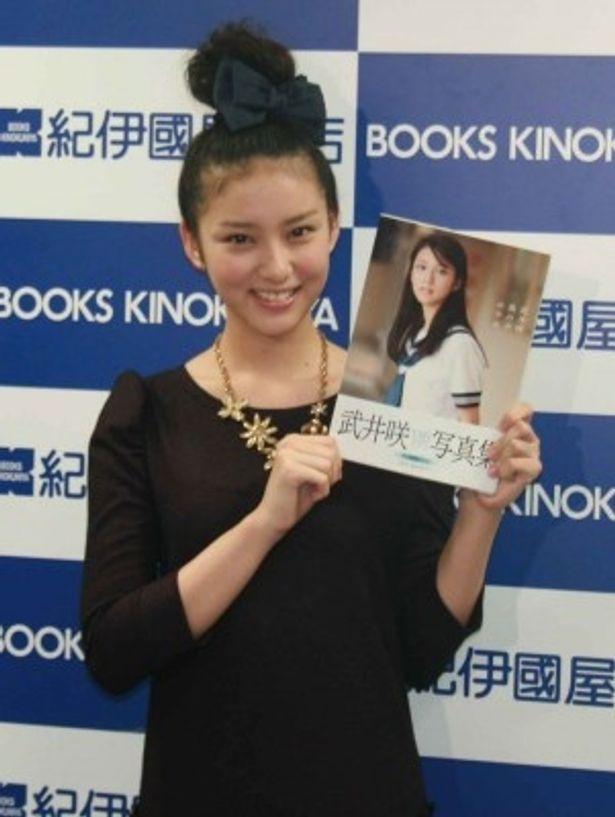 初の写真集「風の中の少女」をリリースした武井咲