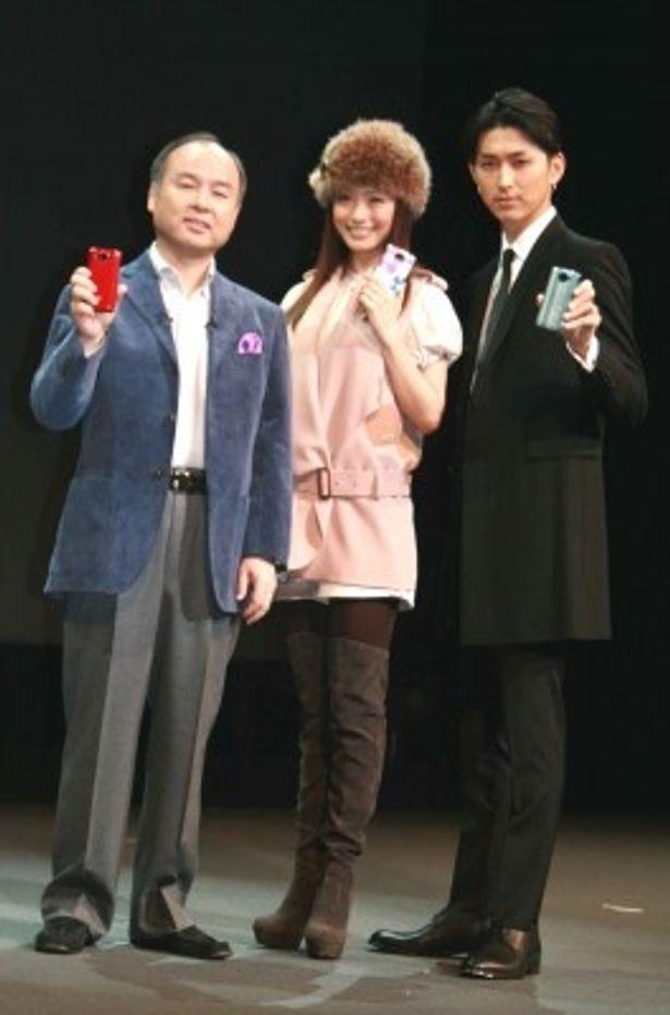 商品発表会に出席した代表取締役社長・孫正義氏、上戸彩、松田翔太(写真左から)