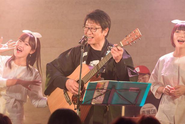井上和彦自身もギターを奏でながらライブに参加