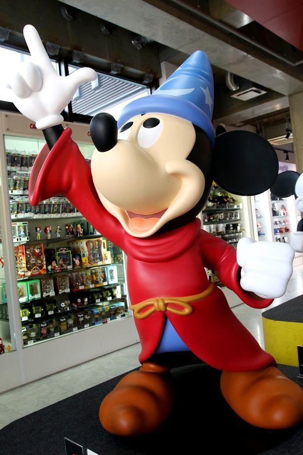 『ファンタジア』版のミッキーの巨大スタチュー