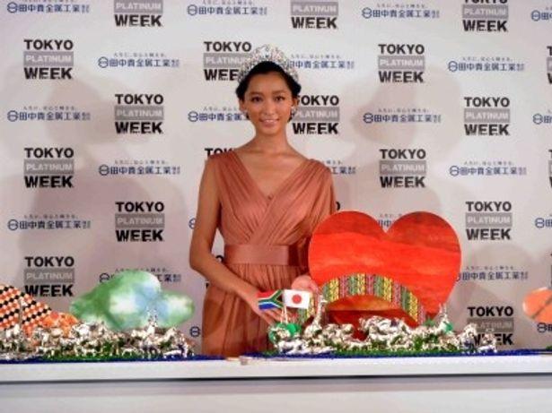 「TOKYO PLATINUM WEEK」の記者発表会に登場したプラチナ応援サポーター・杏
