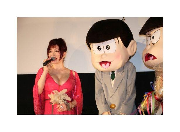 『えいがのおそ松さん』の初日舞台挨拶に登壇した叶美香