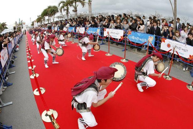 沖縄らしい民俗芸能もレッドカーペットを盛り上げる