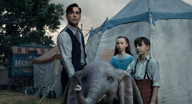 子象ダンボの世話を任されたホルト(コリン・ファレル)と子どもたち