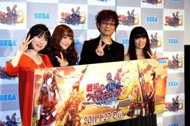 新作ゲームソフトのプレス発表会に出席した浅野真澄、May'n、山寺宏一、遠藤綾(写真左から)