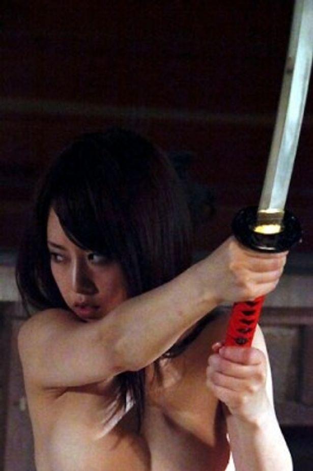 人気セクシーアイドル・吉沢明歩が女剣士に扮した官能時代劇が公開