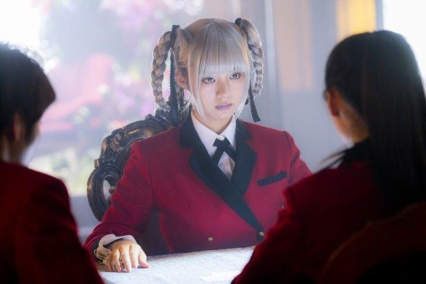 ギャンブルで学校を支配する生徒会長・桃喰綺羅莉を演じている