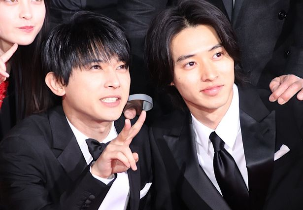 【写真を見る】山崎賢人と吉沢亮がレッドカーペットで超接近!正装で笑顔