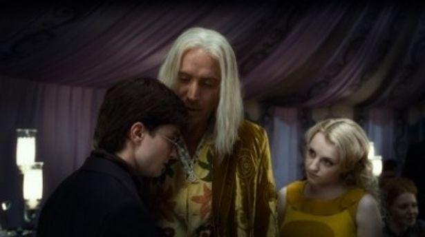 ルーナ役のイヴァナ・リンチ(左)とルーナの父ゼノフィリアス役のリス・エヴァンス(中)