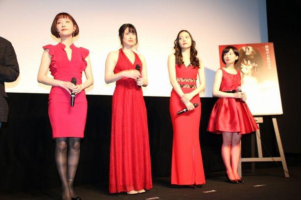 【写真を見る】飛鳥凛たちがセクシー!真紅のドレス姿の全身ショット