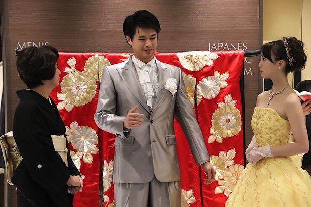 """【写真を見る】佐伯大地、""""嫁姑バトル""""にタジタジ!松井玲奈の美しいドレス姿も大きな見どころだ"""