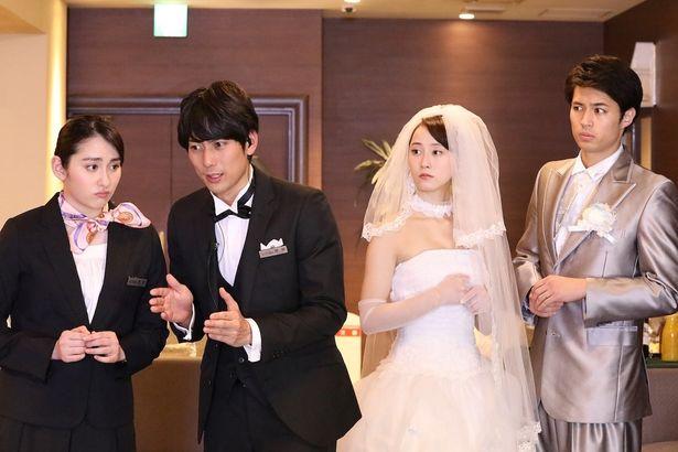 結婚式場でアルバイトする真島愛役を早見あかり、ウェディングプランナーの青柳役を平岡祐太が演じている