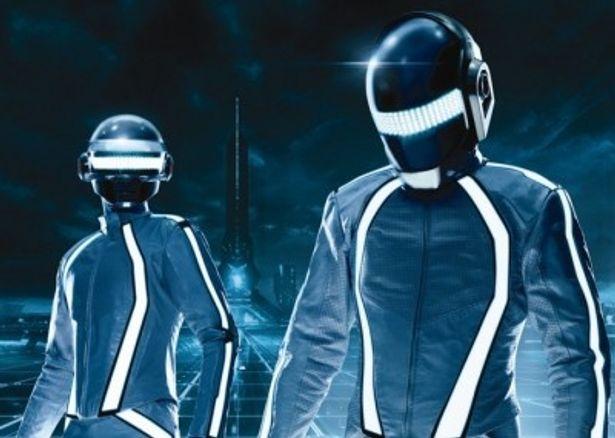 トロンスーツを着用し、DJとして本編にも出演しているダフト・パンク