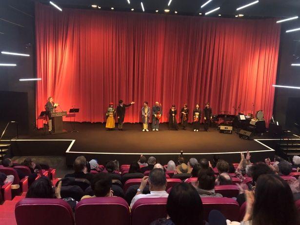 満席の会場には多くの映画ファンが集まり、日本独自の文化である活動弁士の上演に耳を 傾けていた
