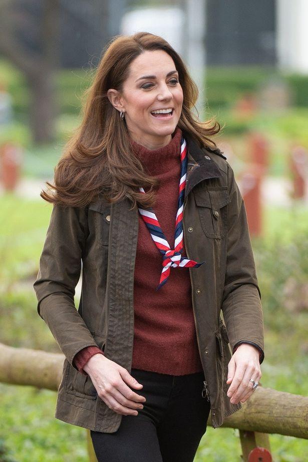 【写真を見る】キャサリン妃、おなじみのカーキ色ジャケットに…毛玉付きセーター!?