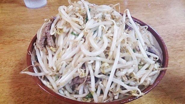 【写真を見る】沖縄の絶景スポットや、めちゃウマ料理まで!芸人がおすすめするグルメ&スポットを一挙お届け