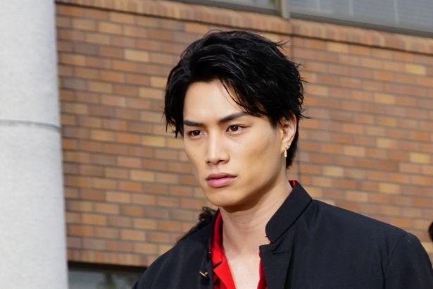 【写真を見る】鈴木伸之の男らしい眼差しに、現場の王子たちもドキドキ!?