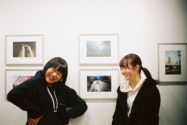 石田真澄写真展「evening shower」にて、松本監督が「お気に入り!」という作品の前で2ショット