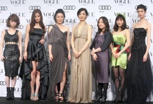 豪華ドレスに身を包んだ受賞者たち。左から加藤ミリヤさん、黒木メイサさん、寺島しのぶさん、草刈民代さん、西原理恵子さん、石原さとみさん、TAOさん、
