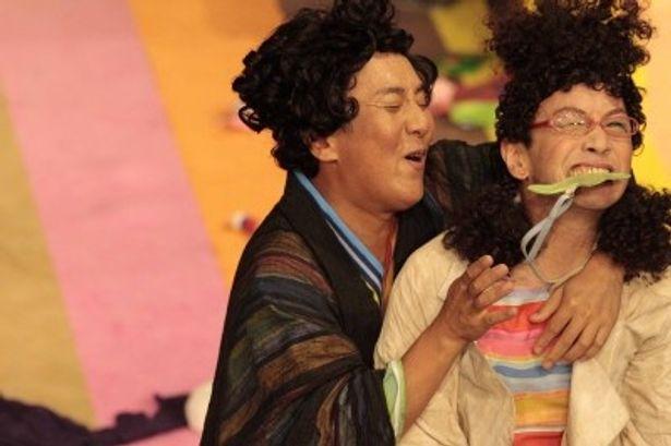 体を張ったコミカルな演技で観客を沸かせる中村勘三郎と野田秀樹(写真左から)