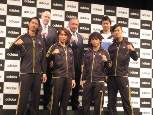 EXILEのAKIRA、TETSUYA、NAOTO、NAOKI(前列左から)。アディダス ジャパン代表取締役のポール・ハーディスティ、ザッケローニ監督、青木宣親選手(後列左から)