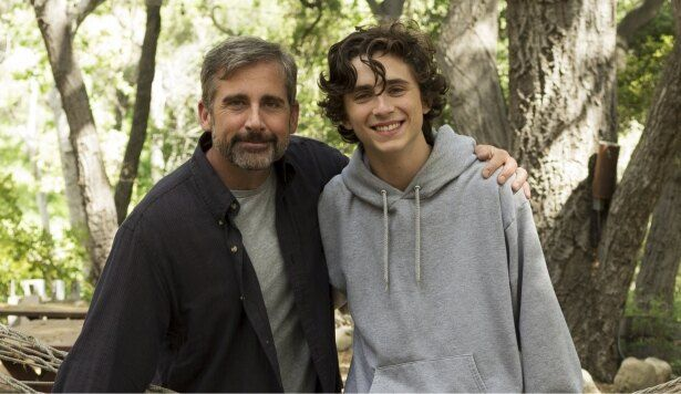 息子を支える父親を演じるのはスティーヴ・カレル(『ビューティフル・ボーイ』)