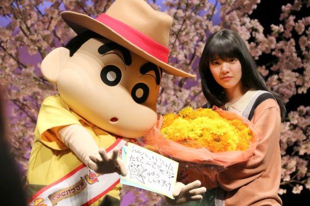 クレヨンしんちゃんからあいみょんに花束がプレゼントされた
