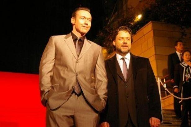 レッドカーペットに登場したラッセル・クロウ(右)とケビン・デュランド