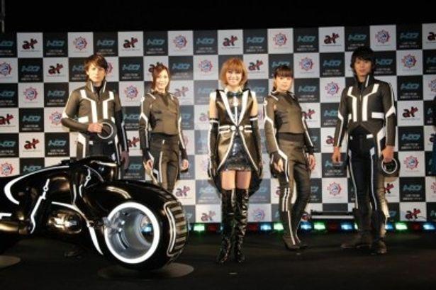 自身がプロデュースしたトロンスーツに身を包んで登場した山田優