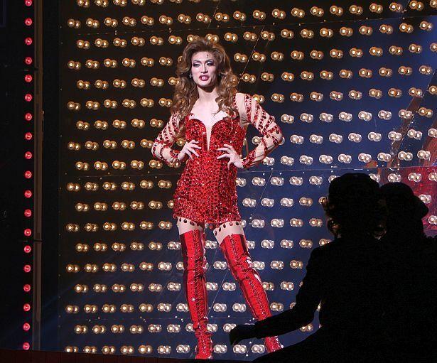 【写真を見る】真っ赤なブーツの立ち姿も堂々たる美しさ!ドラァグクイーン役の三浦春馬<写真17点>