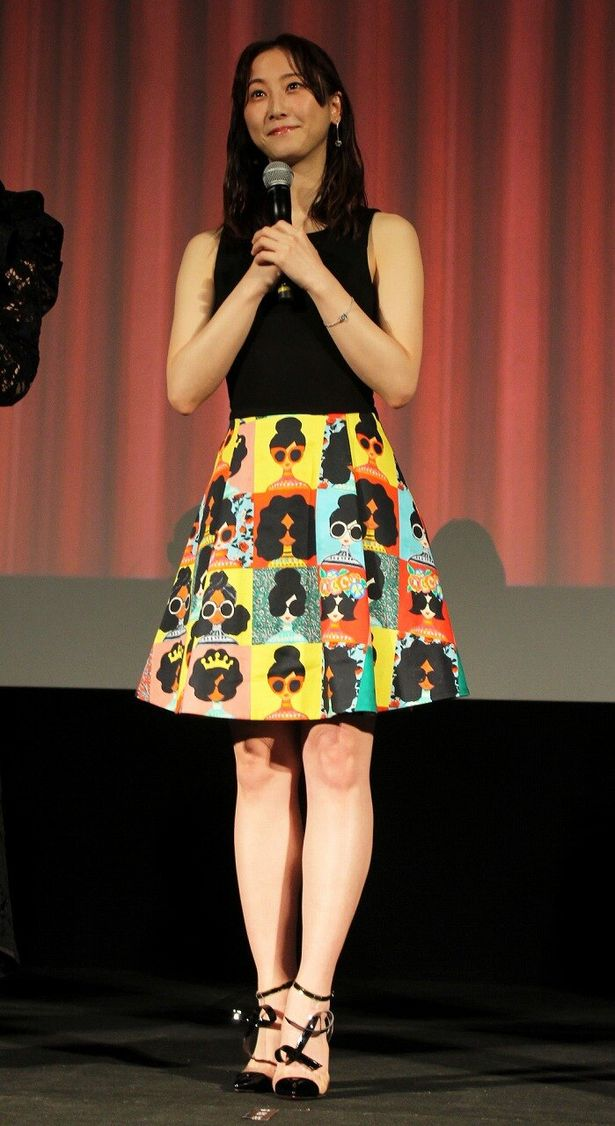 【写真を見る】ド派手なスカートと黒タンクトップで登場した松井玲奈
