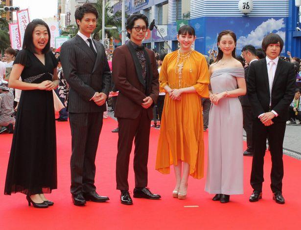 美しすぎる!松井玲奈が肩出しドレスでレッドカーペットを闊歩