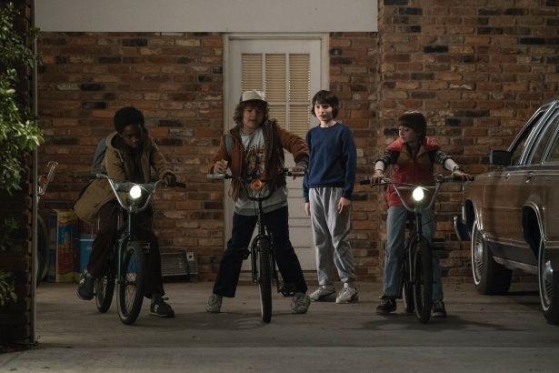 【写真を見る】スピルバーグ、カーペンター…80年代オマージュがてんこ盛り!少年たちのバディ感は『グーニーズ』<写真19枚>